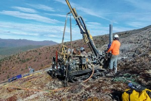 "<div class=""bildtext"">15 Erkundungsbohrung im Yukon Distrikt • Exploration drilling in the Yukon district</div>"
