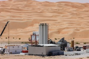 "<div class=""bildtext"">1 Betonwerk mit Siloentstaubungsfiltern Silotop Zero in der Rub al-Chali- Wüste von Abu-Dhabi • Concrete factory with silo dust collectors Silotop Zero in the Rub' al Khali desert of Abu-Dhabi</div>"
