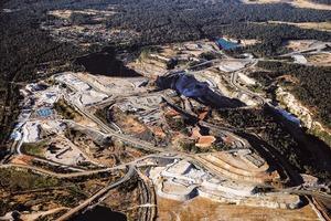 """<div class=""""bildtext"""">Ca. 100 km südöstlich von Kemerton gelegen, liefert die Grennbushes-Mine Lithium-Konzentrat zur neuen Aufbereitungsanlage von Albemarle • Located approx. 100&nbsp;km southeast of Kemerton, the Greenbushes mine will supply lithium concentrate to Albemarle's new processing plant </div>"""