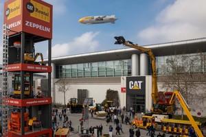 6 Über der Messe zog wieder das Zeppelin-Luftschiff seine Runden als fliegender Werbeträger für Caterpillar und Zeppelin