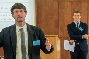 """<div class=""""bildtext"""">4 Dr. Uwe Lehmann mit Dr. Martin Rudolph als Moderator im Hintergrund • Dr. Uwe Lehmann and Dr. Martin Rudolph as moderator in the background</div>"""
