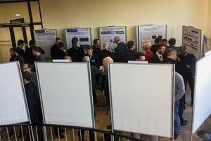 """<div class=""""bildtext"""">11 Teilnehmer besichtigen die Posterausstellung • Participants in the poster exhibition</div>"""