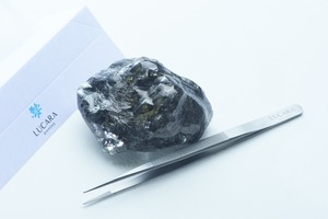 "<div class=""bildtext"">1 Bislang größter in Karowe gefundener Diamant • So far largest diamond found in Karowe</div>"