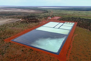 """<div class=""""bildtext"""">Das Beyondie SOP Projekt von Kalium Lakes: Die mehrere Sportfelder große Demo-Anlage im australischen """"Outback"""" lieferte in den vergangenen Monaten Salzgemische, die dann in Sondershausen versuchsweise weiterverarbeitet wurden. Die eigentliche Anlage wird nun an gleicher Stelle, aber in einer Flächenausdehnung 20- bis 50-mal so groß, realisiert. Herzstück wird die große Produktionsanlage werden, die von dem deutschen Firmenkonsortium EBTEC (EBNER und K-UTEC) errichtet wird und wo verfahrenstechnisch aus den gewonnenen Salzgemischen hochwertiger Kaliumsulfatdünger hergestellt wird<br />The Kalium Lakes """"Beyondie SOP Project"""": During recent months, the several athletics fields large demonstration plant in the Australian """"Outback"""" has supplied salt mixtures which were then further-processed in trials conducted in Sondershausen. The commercial-scale plant is now to be constructed at the same location but on a site between twenty and fifty times as large. The central element will be the large production plant, which is to be constructed by the German EBTEC (EBNER and K-UTEC) consortium, and which will produce, using chemical-engineering processes, high-quality potassium sulphate fertilisers from the salt mixtures recovered</div>"""