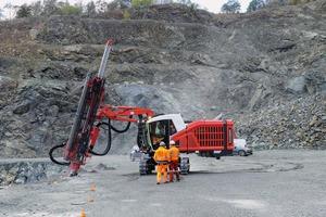 """<div class=""""bildtext"""">1 Einstiegsaufgabe des brandneuen Bohrgerätes ist es, ein 56-Loch-Bohrraster im Steinbruch Kupferberg abzubohren • The first task of the brand-new drill rig is to drill a 56-hole drill grid in the Kupferberg quarry</div>"""