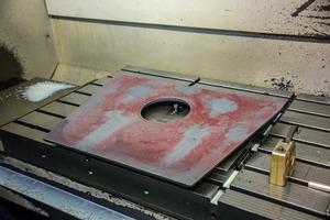 """<div class=""""bildtext"""">2 Auskleidungsplatte für ein Gehäuse aus dem hoch chromhaltigen Gusswerkstoff G-X&nbsp;300&nbsp;CrMo&nbsp;15&nbsp;3 • Lining plate for a housing made of the chromium-containing casting material G-X&nbsp;300&nbsp;CrMo&nbsp;15&nbsp;3</div>"""
