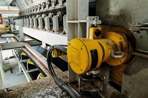 """<div class=""""bildtext"""">4 <irspacing style=""""letter-spacing: -0.006em;"""">Der Trommelmotor in der Förderanlage für Stickstoffdünger aus Urea hat eine Spezialbeschichtung, um trotz des aggressiven chemischen Verhaltens von Urea eine hohe Betriebssicherheit des Förderers sicherzustellen<br />The motorised pulley in the conveying system for nitrogen fertilisers produced from urea features a special coating, in order to assure high operational reliability for this conveyor despite the aggressive chemical behaviour of urea</irspacing></div>"""