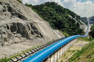 "<div class=""bildtext"">5 <irspacing style=""letter-spacing: -0.006em;"">Der aktuell längste Gurtförderer Asiens ist mit 180000 Rollen für 2 Förderbänder von 40km Länge bestückt<br />The currently longest belt conveyor anywhere in Asia is equipped with 180000 rollers installed on two belt conveyors of 40km in length</irspacing></div>"