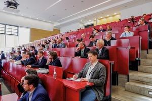 """<div class=""""bildtext"""">2 Mehr als 180 Experten diskutierten über die Zukunft des Bergbaus • More than 180 experts discussed the future of mining </div>"""