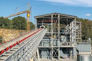 """<div class=""""bildtext"""">7 Materialzuführung in eine neu gebaute Sieb- und Siloanlage • Material feed to a newly built screening and silo facility</div>"""