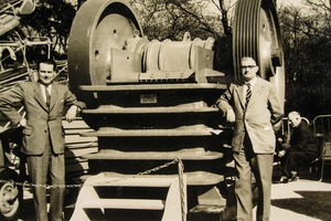 """<div class=""""bildtext"""">3 Mitarbeiter der Maschinenfabrik August Müller vor einem Steinbrecher in den 1960er Jahren Workers at Maschinenfabrik August Müller in front of a stone crusher in the 1960s</div>"""