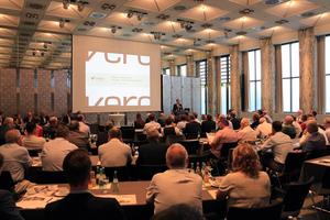 Christan Strunk, vero-Präsident, begrüßt die 140 Teilnehmer im Industrie-Club Düsseldorf e.V. Quelle: vero