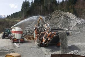 Brechen von 10 000 m³ hartem Autobahnbeton auf 0/32 bei einer Leistung von 200 – 220 t/h