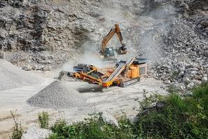 """<div class=""""bildtext"""">1 Rockster Prallbrecher R1100S im Kalksteinbruch bei Scharfling zur Aufbereitung von 0&nbsp;–&nbsp;45&nbsp;mm Endkorn bei einem Ausgangsmaterial von bis zu 650&nbsp;mm Kantenlänge • Rockster impactor R1100S in Mayrhofer's limestone quarry in Salzburg, processing up to 650&nbsp;mm stone to 0&nbsp;–&nbsp;45&nbsp;mm final grain</div>"""
