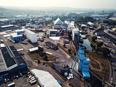 "<div class=""bildtext"">1 Der blaue Förderturm der Schachtanlage Franken des Heilbronner Salzbergwerks ist von weit her sichtbar • The franken shaft's blue headframe rises high above the surface facility at Südwestdeutsche Salzwerke AG's Heilbronn salt mine</div>"