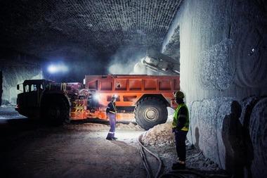 "<div class=""bildtext"">4 Ein Sandvik MB770 befüllt einen Sandvik TH540 Muldenkipper, der dann die Fracht zum Förderband transportiert • A Sandvik MB770 loads a Sandvik th540 ejector truck, which hauls the salt to the feed conveyor</div>"
