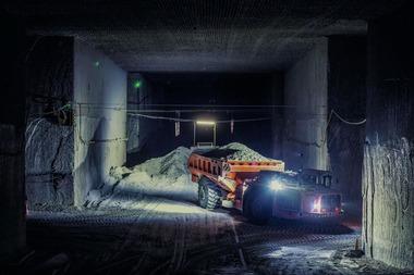 """<div class=""""bildtext"""">7 Zum Ausgleich saisonaler Nachfragespitzen werden auch heute noch Bohr- und Sprengverfahren in einigen Teilen des Bergwerks verwendet. Hier transportiert ein Sandvik-Lader das Haufwerk zu einem Brecher • Heilbronn still utilizes drill and blast in some parts of the mine. Here, Sandvik loaders transport the blasted rock salt to the crusher</div>"""