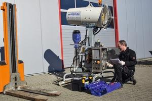 """<div class=""""bildtext"""">2 Service-Monteur bei der Wartung der Staubbindemaschine V7 • Service engineer maintaining dust suppression machine V7</div>"""