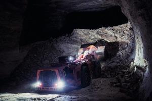 """<div class=""""bildtext"""">2 Neben der Teilschnittmaschine, dem Continous Miner und den Muldenkippern setzt Zielitz auch auf eine Flotte von zehn Sandvik LH621 Fahrladern • In addition to the roadheader, continous miner and trucks, Zielitz also relies on a fleet of ten Sandvik LH621 loaders</div>"""