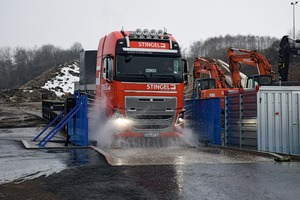 """<div class=""""bildtext"""">1 Durchfahrt eines LKW's • Lorry driving through</div>"""