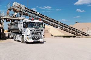 """<div class=""""bildtext"""">2 Ein LKW wird in im Kieswerk 1 in Erfurt beladen • A lorry is loaded in Gravel Plant 1 in Erfurt</div>"""