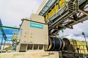 """<div class=""""bildtext"""">Die neue getriebelose Antriebstechnologie von Siemens treibt das Hochleistungslandförderband von thyssenkrupp an • Siemens' new gearless drive technology to power thyssenkrupp's high-capacity overland conveyor</div>"""