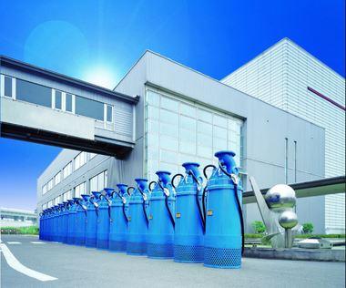 Je 1,3 Tonnen schwere Hochdruckpumpen vor Tsurumis Werk im japanischen Kyoto: Das Unternehmen gilt als Weltmarktführer im Bausektor