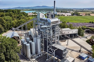 "<div class=""bildtext"">4 Asphaltmischanlagen wie die stationäre BA&nbsp;RPP&nbsp;4000 produzieren bis zu 320&nbsp;t Asphalt pro Stunde • Asphalt mixing plants like the stationary BA&nbsp;RPP&nbsp;4000 produce up to 320&nbsp;tons of asphalt per hour</div>"