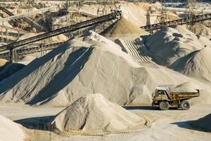 "<div class=""bildtext"">15 Sand- und Kiesaufbereitung in den USA • Sand and gravel processing in the USA </div>"