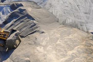 """<div class=""""bildtext"""">12 Radlader in einer Sandgrube • Wheel loader in a sand pit</div>"""