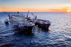 """<div class=""""bildtext"""">1 Pipelineverlegung in schwedischen Gewässern • Pipeline laying in Swedish waters</div>"""