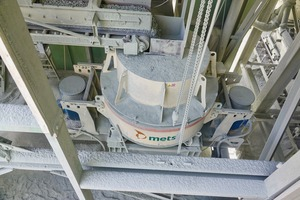 "<div class=""bildtext"">2 Der betriebsbereite und erfolgreich eingebaute Metso Prallbrecher vom Typ Barmac von oben • The operational and successfully installed Metso Barmac impact crusher from above</div>"