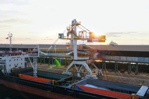 """<div class=""""bildtext"""">The new system loads the urea fertiliser fast and reliably onto ships in the port of Bintulu</div>"""