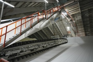 """<div class=""""bildtext"""">The portal reclaimer removes the bulk material in layers from the side slopes and transports it through a primary crusher to a belt conveyor at a capacity of 600 t/h</div>"""