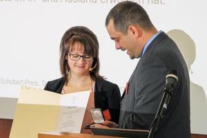"""<div class=""""bildtext"""">4 Prof. Dr. Tobias Fiebeck überreicht den Preis an Lisa Hille</div>"""