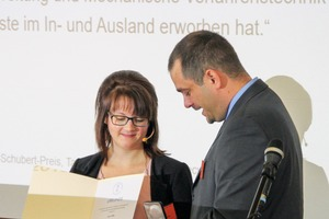 "<div class=""bildtext"">4 Prof. Dr. Tobias Fiebeck presents the award to Lisa Hille</div>"