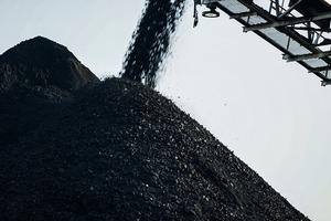 """<div class=""""bildtext"""">1 Die Prairie Eagle Mine in Illinois ist das größte Kohlebergwerk des Unternehmens Knight Hawk Coal. Die Jahresproduktion beträgt rund 5 Mio. t Kohle, von denen mehr als 80% in Prairie Eagle verarbeitet und ausgeliefert werden </div>"""