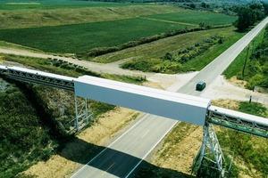 """<div class=""""bildtext"""">3 Mit dieser Förderlösung verkleinert das Unternehmen seinen ökologischen Fußabdruck, denn im Vergleich zu Transporten mit LKW lässt sich langfristig die Umweltbelastung erheblich senken </div>"""