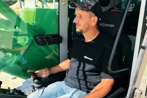 "<div class=""bildtext"">3 Crane operator Charles Pers ist excited about the comfortable Maxcab cab and the ergonomic controls</div>"