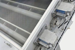 """<div class=""""bildtext"""">7 Drive principle of the RHEWUM WA(U) screening machine: The screen cloth is excited directly by a high-frequency knocker shaft movement<br />while the screen housing remains static. Applicable in the sand preparation plant as shown in Figure 5</div>"""