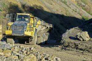 "<div class=""bildtext"">1 Slopes with an up to 18&nbsp;% gradient at the Markgröningen quarry pose no problem for the Komatsu HM400-5 dump truck</div>"