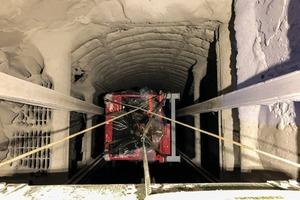"<div class=""bildtext"">2 Transport of the sorting plant through the narrow shaft</div>"