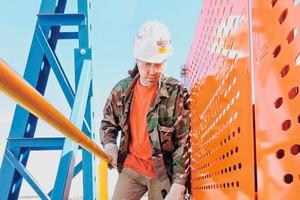 """<div class=""""bildtext"""">4 Hindernisse wie weggeworfene Bauteile, Werkzeuge oder verschüttete Flüssigkeiten können zu Verletzungen durch&nbsp;Ausrutschen, Stolpern oder Stürzen führen</div>"""