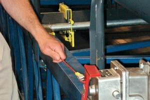 """<div class=""""bildtext"""">5 Sicherheitseinrichtungen wie Zugstopps und Notschalter sind für die Sicherheit des Förderers unerlässlich </div>"""