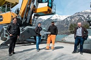 """<div class=""""bildtext"""">3 Die Schlüsselübergabe der Liebherr-Materialumschlagmaschine fand direkt in der Hafenanlage der Aarekies Brienz AG am Brienzersee statt. V.l.n.r.: Reto Studer (Liebherr-Baumaschinen AG), Dominik Ghelma (Ghelma Gruppe), Kaspar Thöni (Aarekies Brienz AG) und Hans Ulrich Kern</div>"""