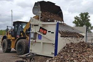 """<div class=""""bildtext"""">The time saved by loading by wheel loader is enormous </div>"""