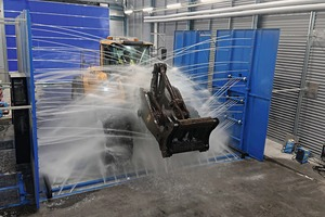 """<div class=""""bildtext"""">2 A wheel loader is washed at 12&nbsp;000&nbsp;l per minute</div>"""