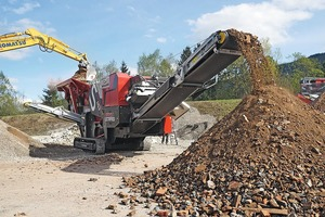 """<div class=""""bildtext"""">Full throughput: All material guides and transfers on the JAWMAX 450 are precisely designed for the high crushing capacity of the new STE 110-70 jaw crusher</div>"""