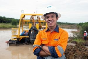 """<div class=""""bildtext"""">2 Weir Minerals Ingenieur vor Ort mit der Multiflo<sup>®</sup> Mudflo<sup>TM</sup>-Pumpe in Indonesien </div>"""