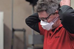 """<div class=""""bildtext"""">6 Um das Einatmen von Gummistaub zu vermeiden, sollte eine Maske getragen werden </div>"""